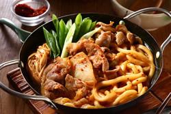 泡菜燒肉拌烏龍麵-日韓南洋料理