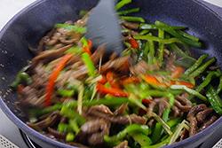 牛肉順紋切絲,炒起來就是好吃∼-中華料理