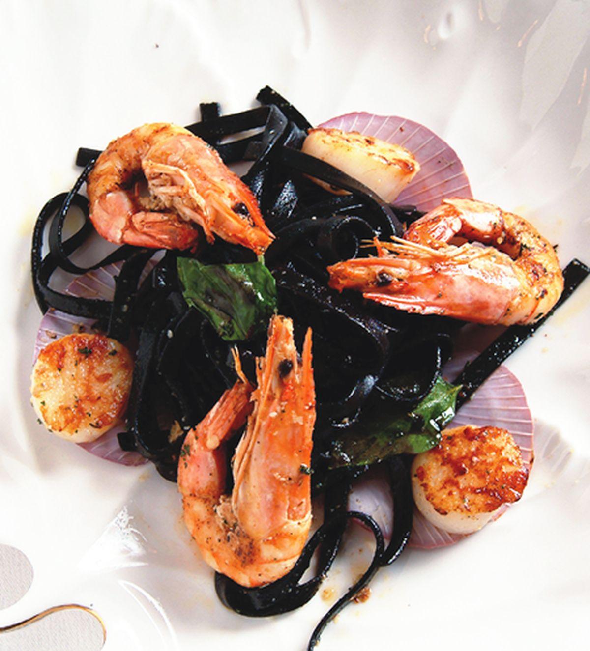 食譜:鮮蝦干貝墨魚麵