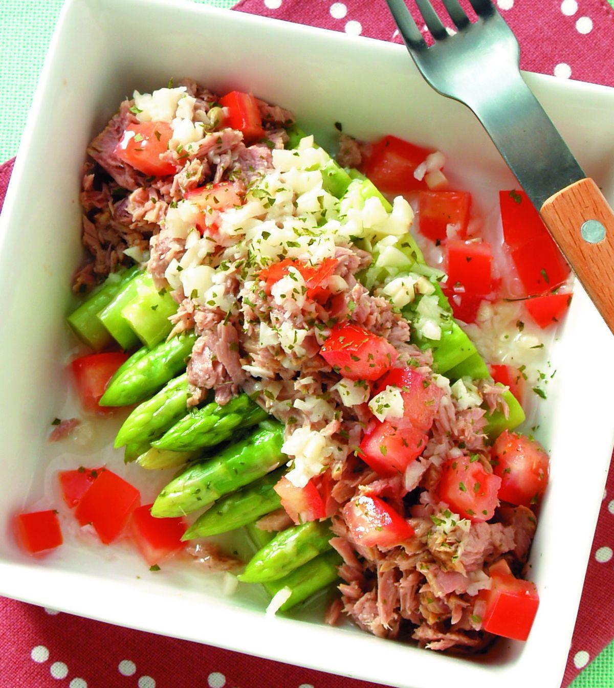 食譜:蘆筍蕃茄鮪魚沙拉佐乾欖大蒜醬