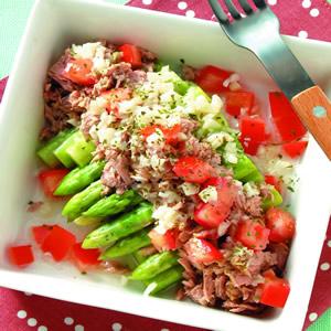 蘆筍蕃茄鮪魚沙拉佐乾欖大蒜醬