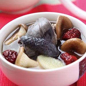 杯子菇燉紅棗烏骨雞