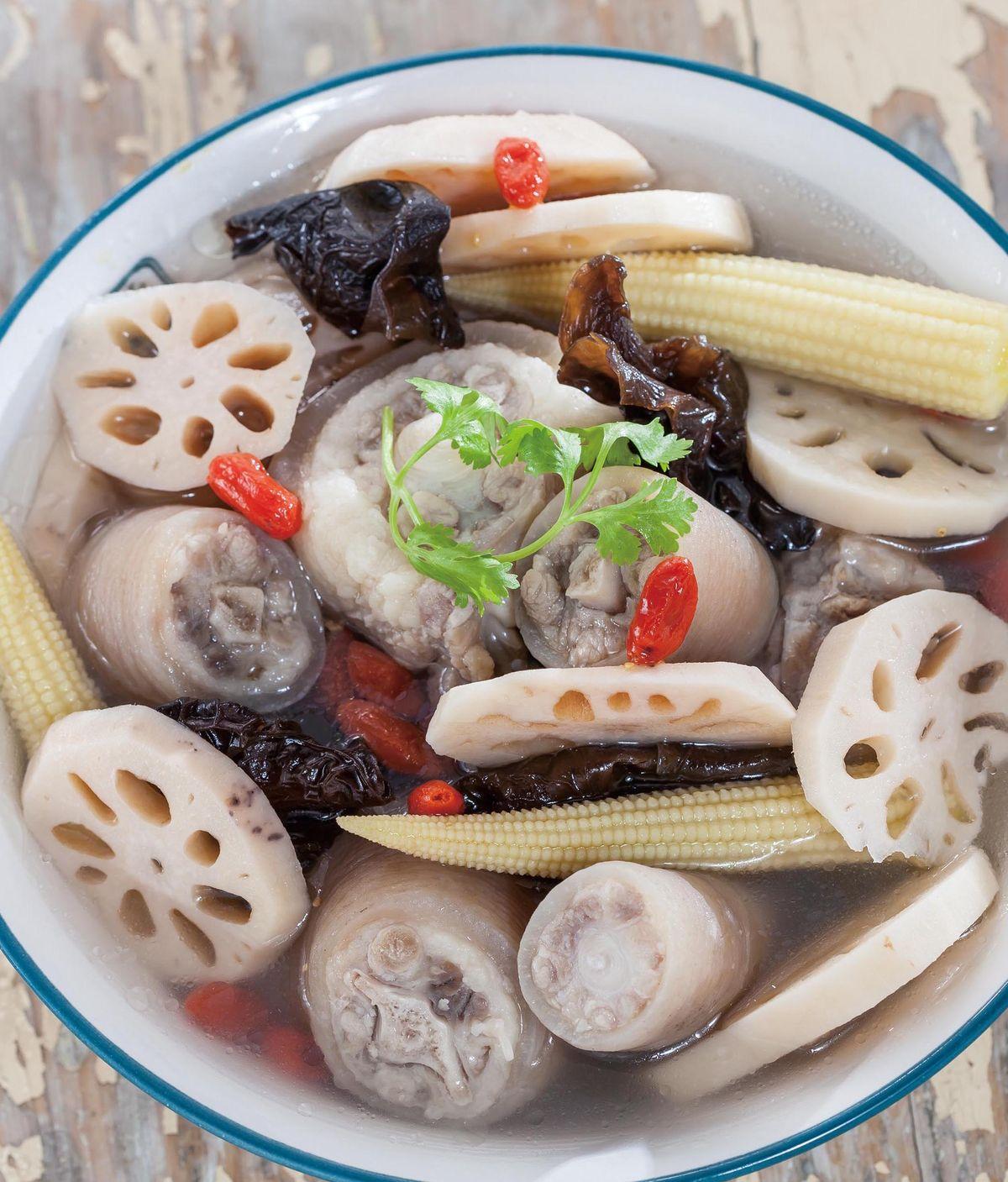 食譜:蓮藕木耳玉筍豬尾湯