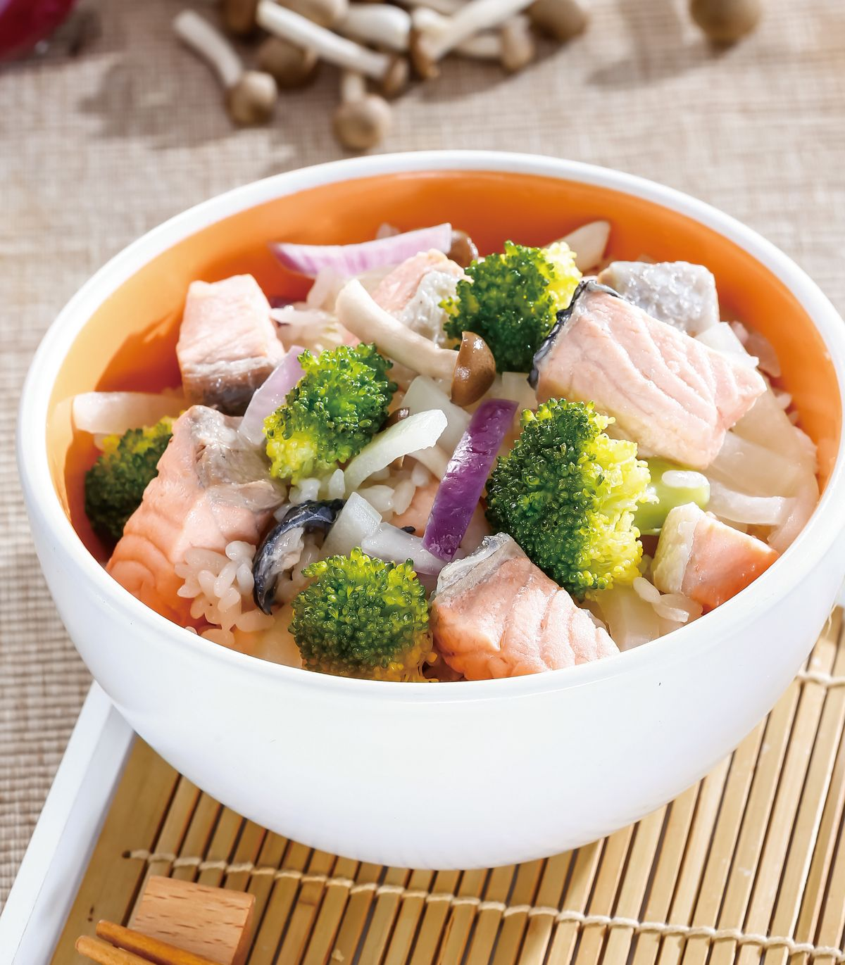 食譜:洋蔥花椰鮭魚炊飯