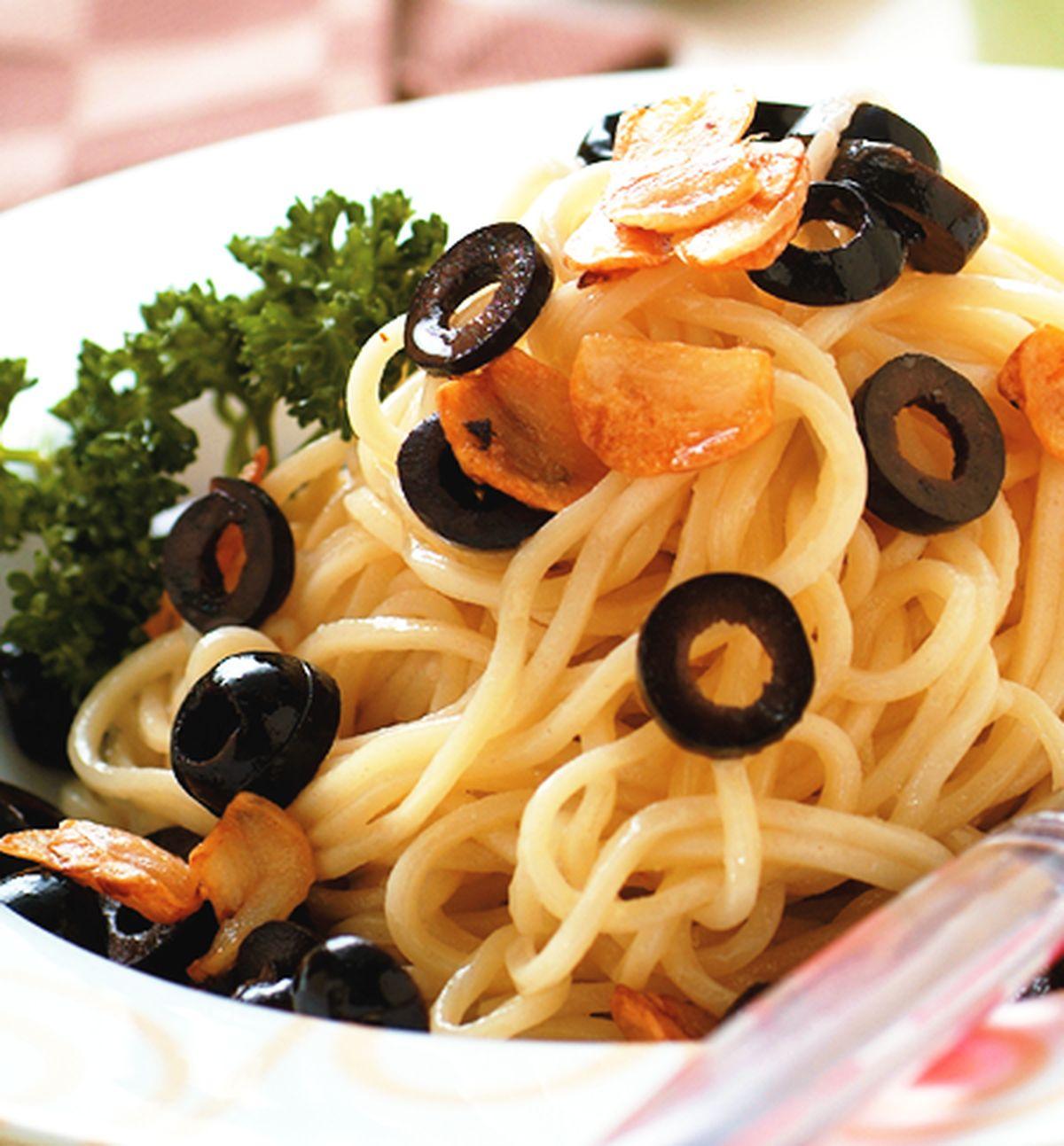 食譜:黑橄欖蒜片拌麵