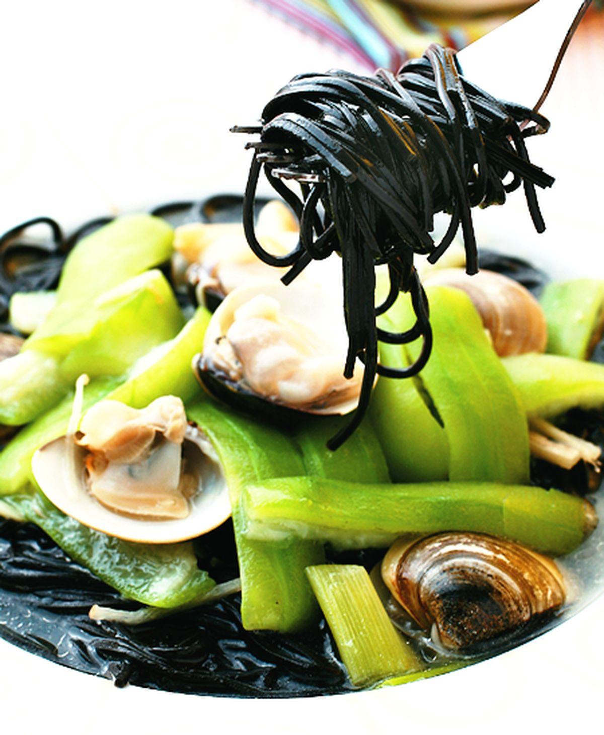 食譜:蛤蠣絲瓜墨魚細麵